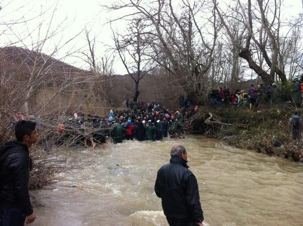 Hundreds of refugees enter FYROM