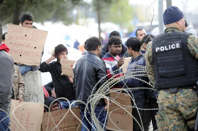 Skopje appeals for refugees to be removed from the border area