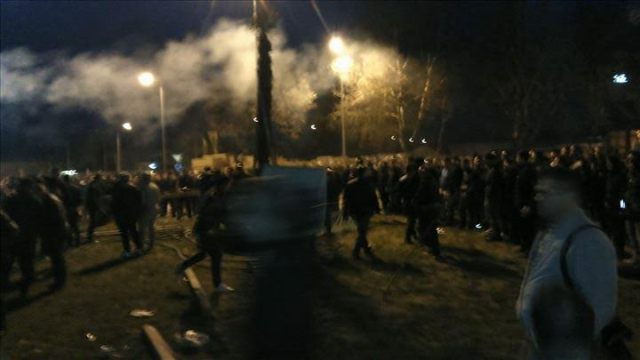 Protesters destroy the cross foundations in Butel, large numbers of police forces on the scene