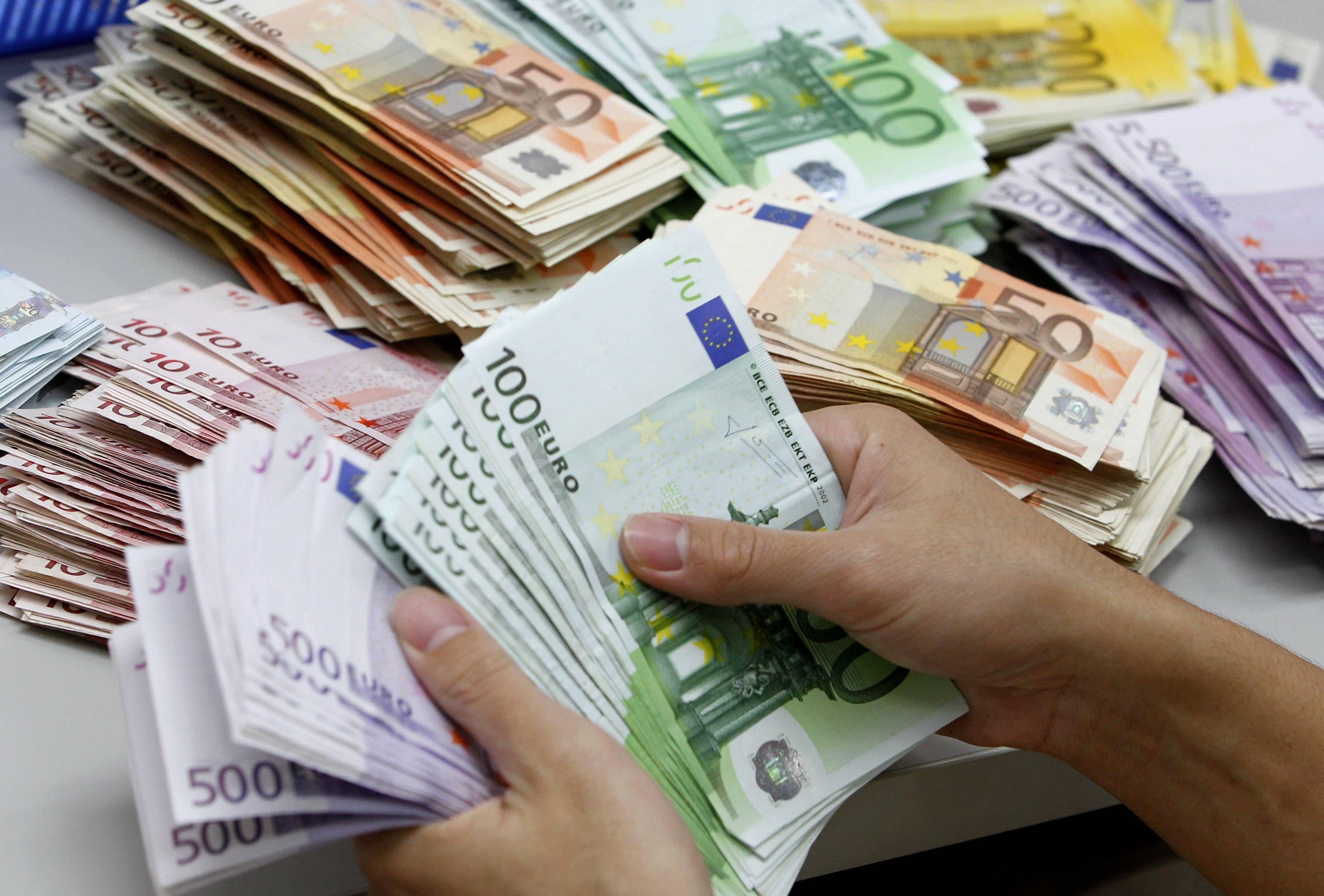 Greeks are champions in the use of cash