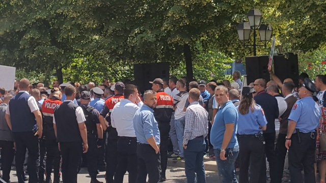 Tension near the Foreign Ministry where Bushati is holding a meeting with his Greek counterpart Kotzias