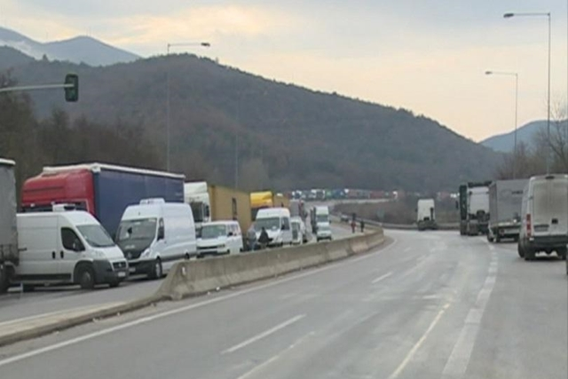 After blocking border crossings, Bulgarian transport drivers threaten further protests