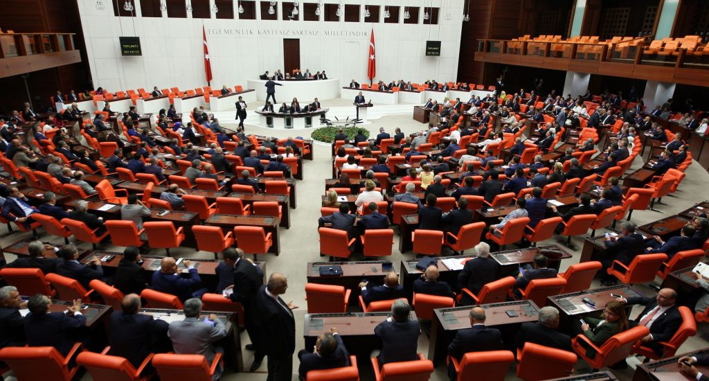Government proposes inter-party commission to work on decree laws
