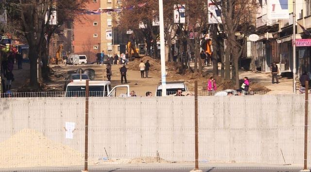 "Kosovo authorities continue their reactions on the ""division wall"" in Mitrovica"