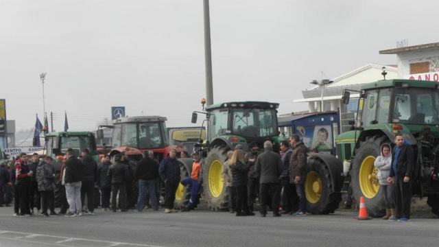 The blockade of the Greek farmers, FYROM is alarmed about the oil crisis
