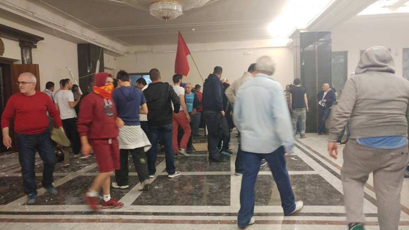 Tension in Skopje, Talat Xhaferi is elected Assembly Speaker in a situation of chaos