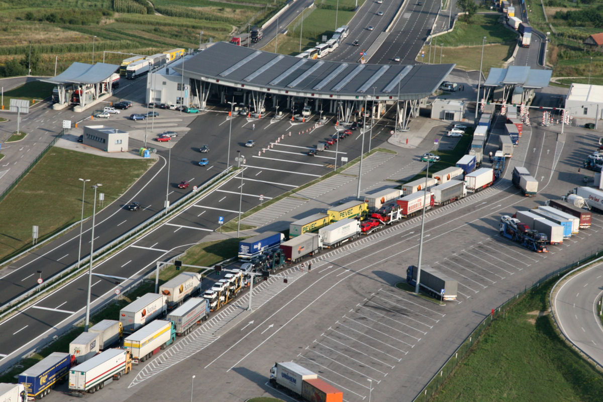 Queues on border crossings as systematic checks are introduced
