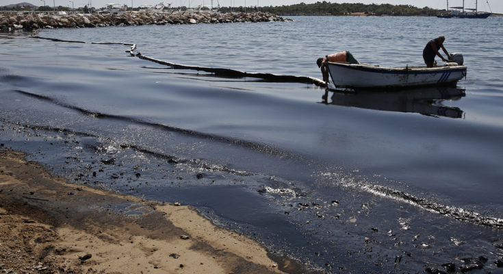 Who is to blame for the ecological disaster in the Saronic Gulf?