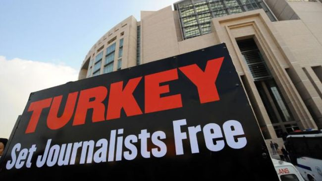 Turkey: 889 accredited journalists had their press cards cancelled in 2016