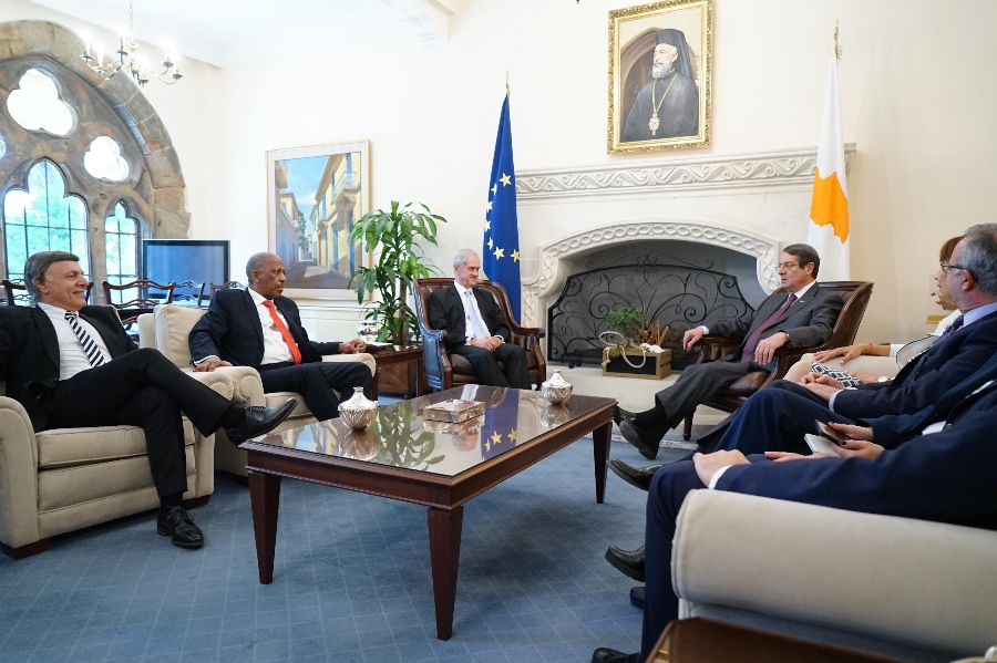 President Anastasiades receives South African peace talk experts