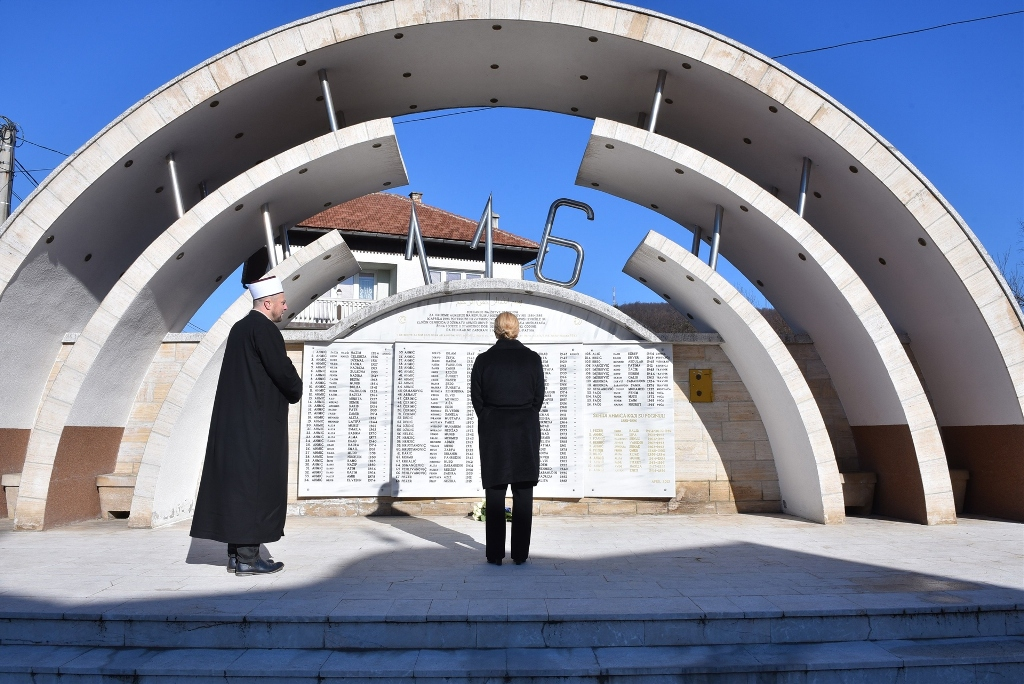 Kolinda Grabar Kitarović goes out of protocol and makes surprise visit to Ahmići