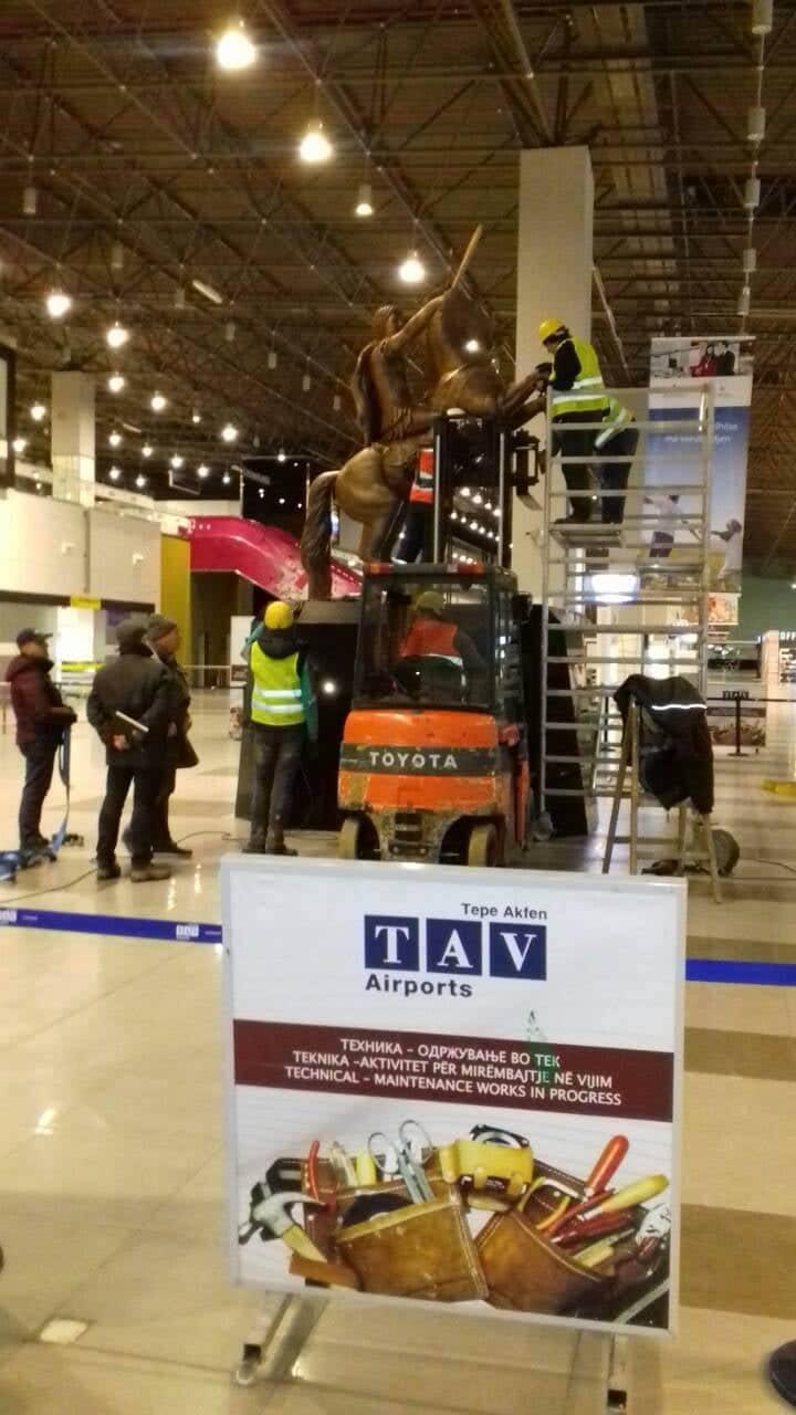 Αποκαθήλωσαν το άγαλμα του Μ.Αλεξάνδρου από το αεροδρόμιο των Σκοπίων