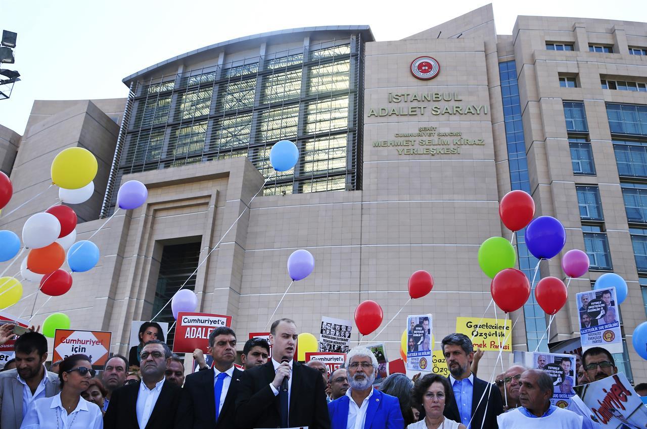 Βαριές ποινές για τους δημοσιογράφους τής εφημερίδαςCumhuriyet