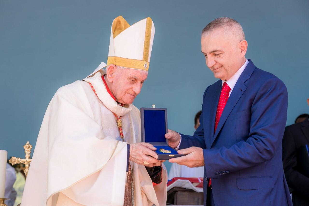 President Meta decorates the Albanian cardinal Ernest Simoni