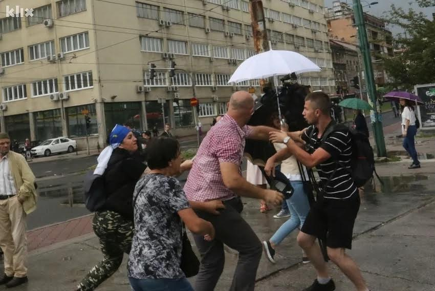 "BiH veterans threat journalists: ""We will cut your heads off!"""