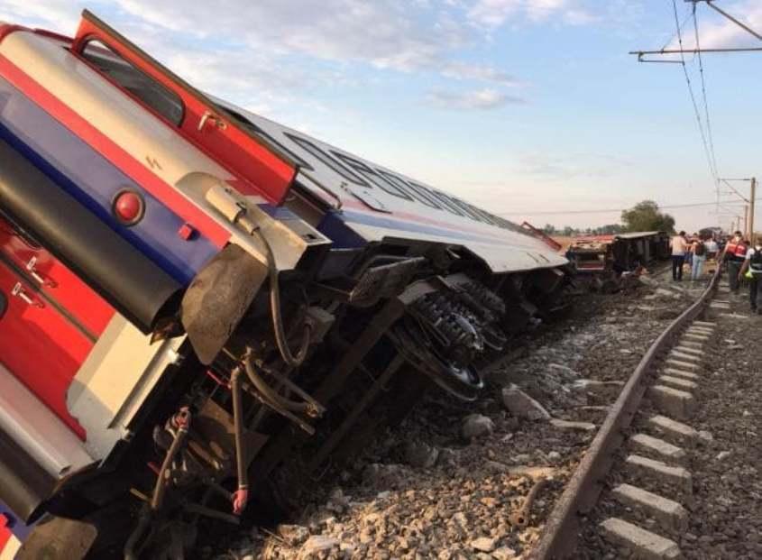 Train derailment kills at least 10 in northwestern Turkey