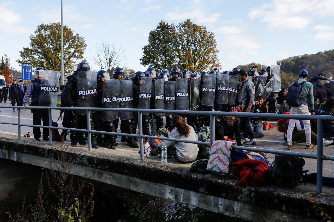 Bosnia-Croatia border: Bosnian police transfermigrants to NW Bosnia