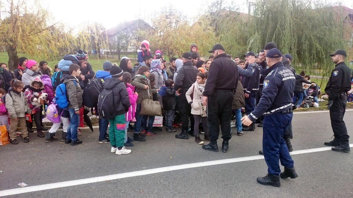 Migrants want to leave BiH, they gather at the border with Croatia