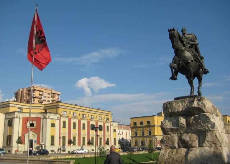 Συρρίκνωση των ελληνικών επενδύσεων στην Αλβανία
