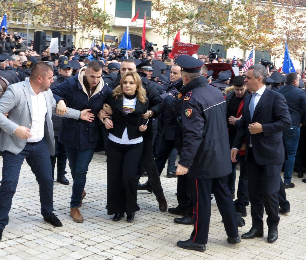 Policia paralajmëron qytetarët shqiptarë: Në protestë do ketë dhunë