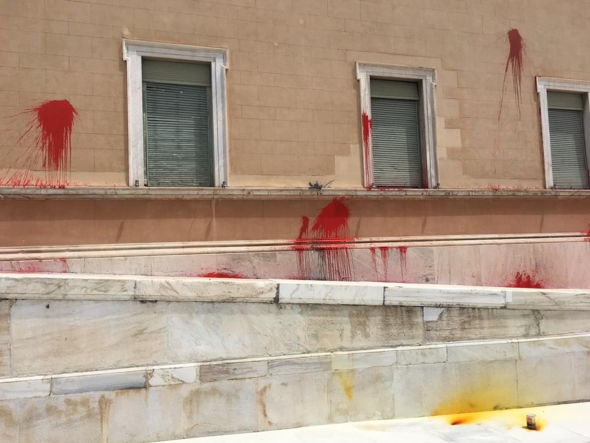 Greek political parties condemn the act of vandalism to the Parliament building