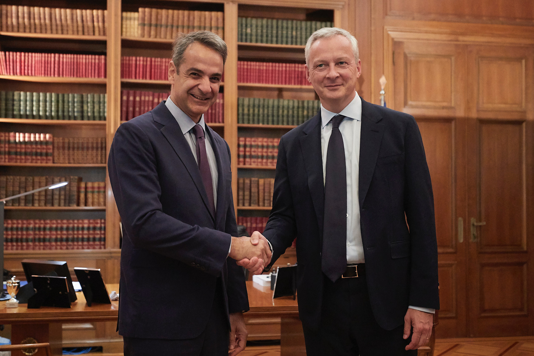 Mitsotakis meets with Le Maire in view of his trip to Paris