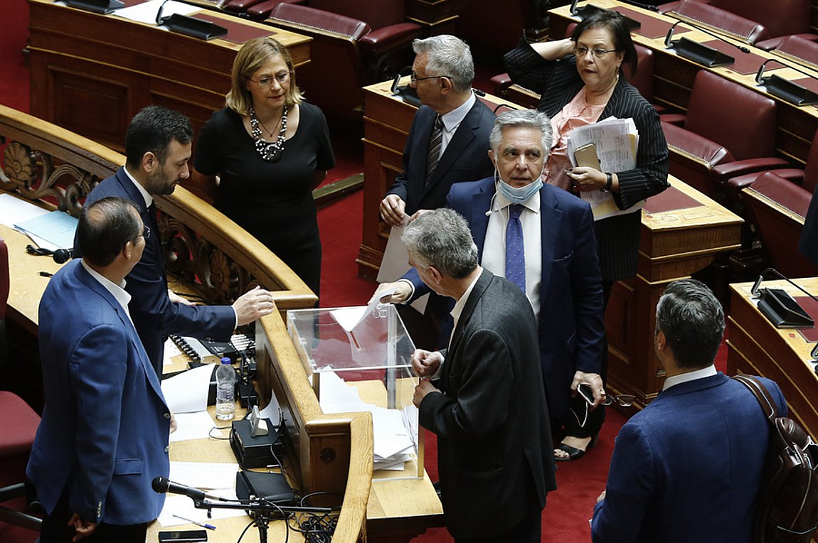 Greece: Voting in Parliament turns into travesty