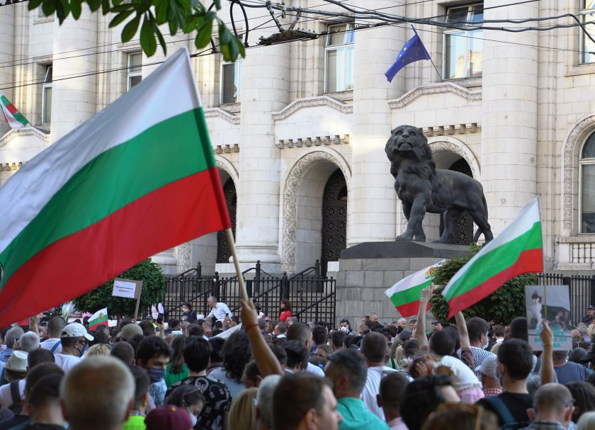 Bulgaria: Civilians take to the streets in protest of the arrests of Radev's associates