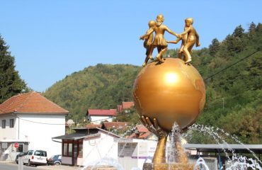 """BiH: """"Monument to peace"""" in Srebrenica faced with ethnic divisions"""