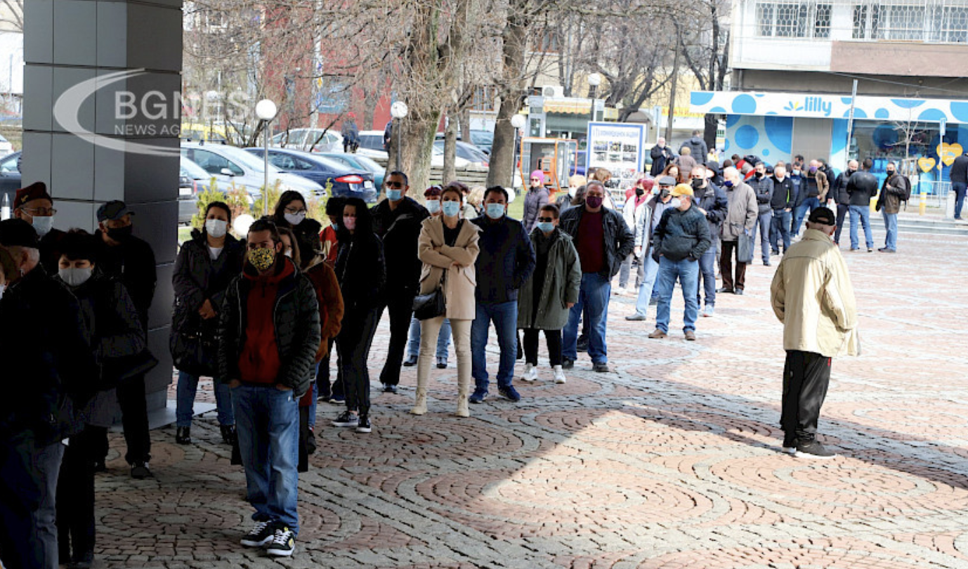 Bulgaria: Queue formed at Military Medical Academy for appointment-free vaccinations