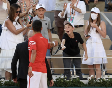 Djokovic donates his racket to a fan after his victory in the Greek-Serbian final of Roland Garros