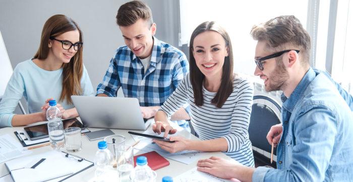 """7 praktikat më të mira për """"të shkrirë"""" ekipin e marketingut me shitjet"""