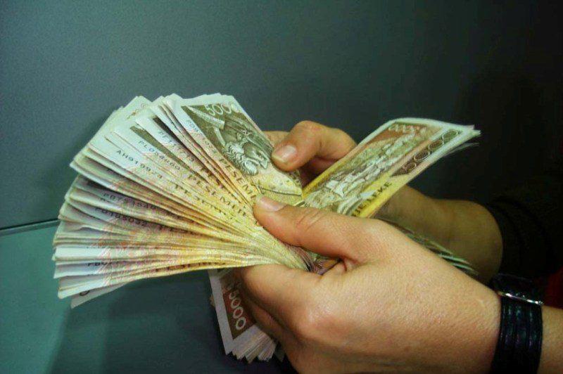"""Pakësohen kreditë e këqija, bankat po i  """"blindojnë"""" me kolateral para se t'i japin"""