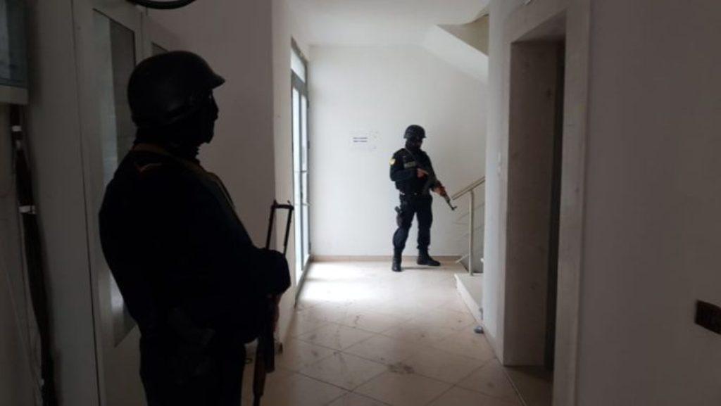 Policia shqiptare futet me forcë në shtëpitë e disa gjyqtarëve të Apelit