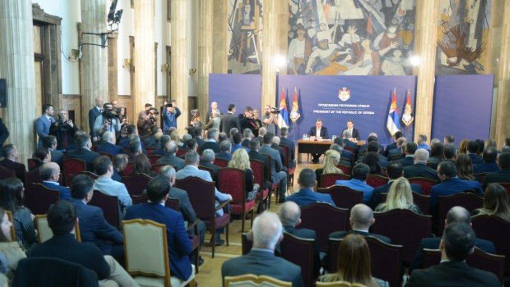 Vuçiq u kërkon serbëve të Kosovës që të qëndrojnë në institucione
