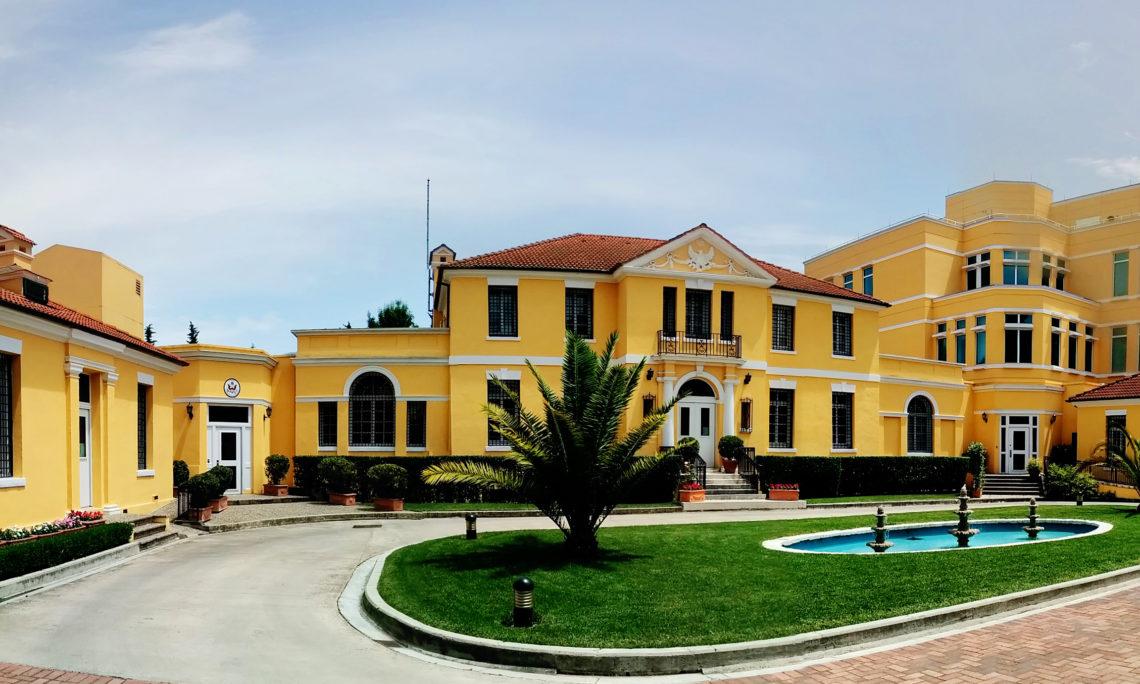 Ambasada amerikane ne Tiranë bën thirrje për protestë paqësore