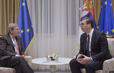 Hahn dhe Vuçiq diskutuan për zhbllokimin e dialogut Kosovë-Serbi