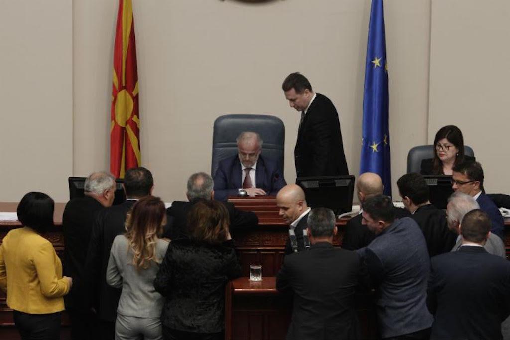 Με επεισοδιακό τρόπο ψηφίστηκε από την Βουλή της πΓΔΜ το νομοσχέδιο για τη διεύρυνση της χρήσης της αλβανικής γλώσσας στη χώρα
