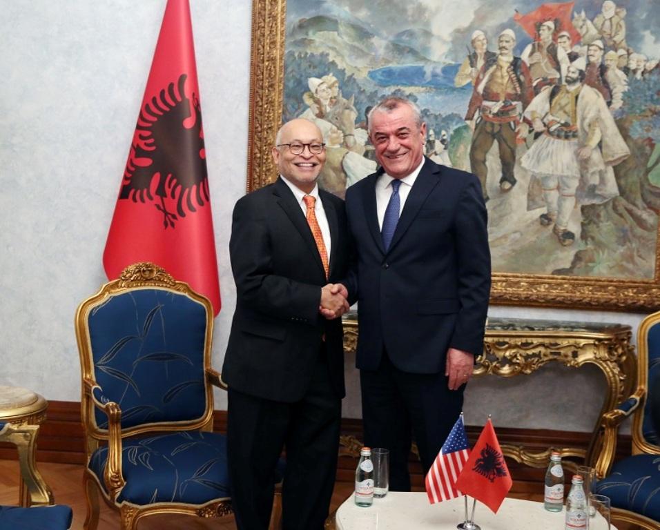 Arvizu: «Η Αλβανία αξίζει περισσότερα από την ΕΕ».