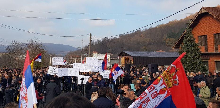Οι Σέρβοι του Κοσσυφοπεδίου διαδηλώνουν ενάντια στην αύξηση των δασμών.