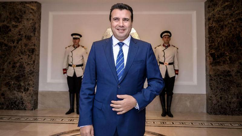 Έτοιμος ο Zaev να πάρει πρώτος το διαβατήριο της Βόρειας Μακεδονίας.