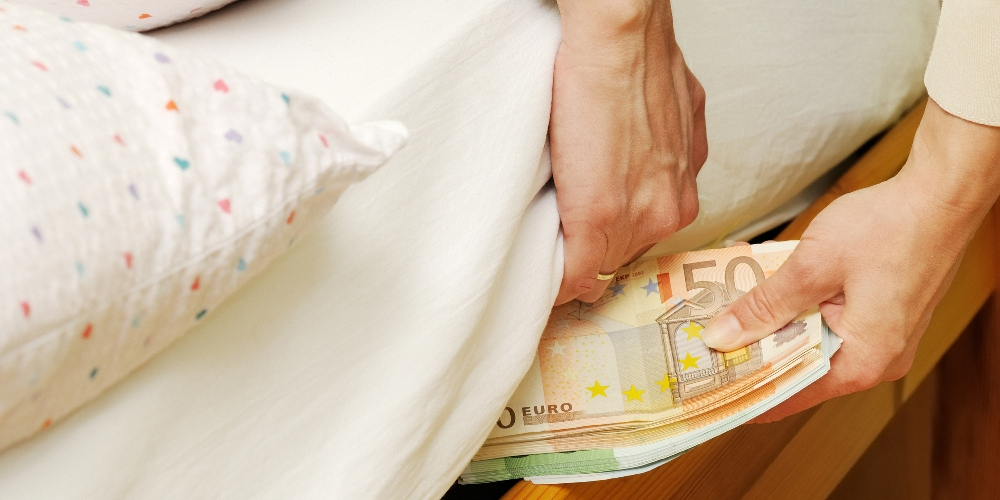 Υπάρχουν ακόμη 32 δισ. Ευρώ στα ελληνικά…στρώματα