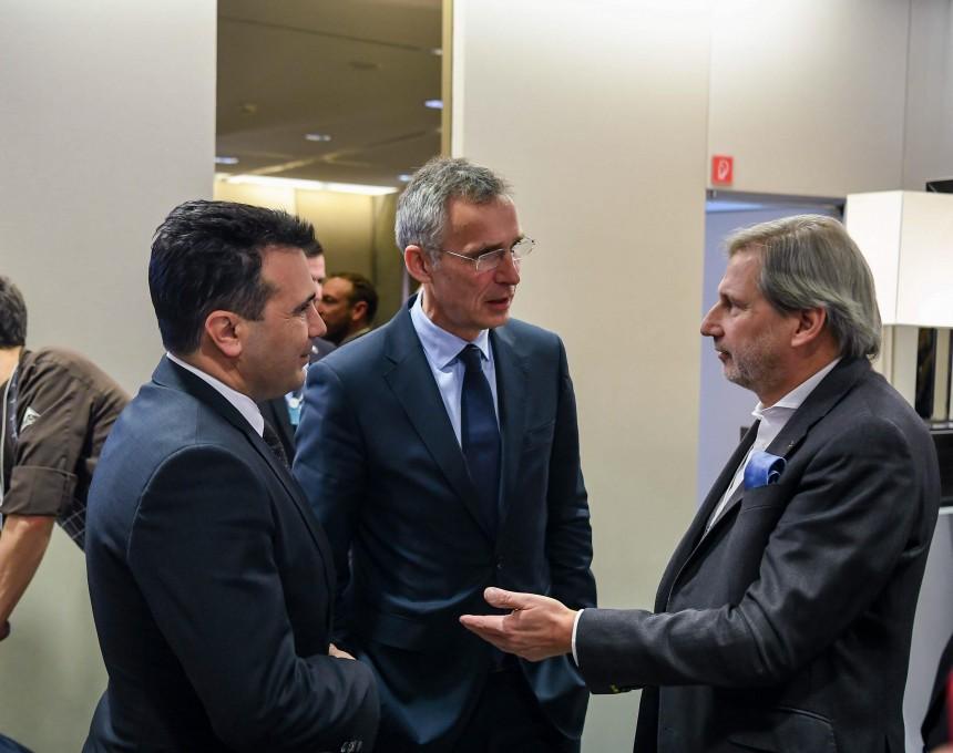 Zaev σε Hahn και Stoltenberg: Έφτασε η ώρα να επικεντρωθούμε στην εφαρμογή των μεταρρυθμίσεων