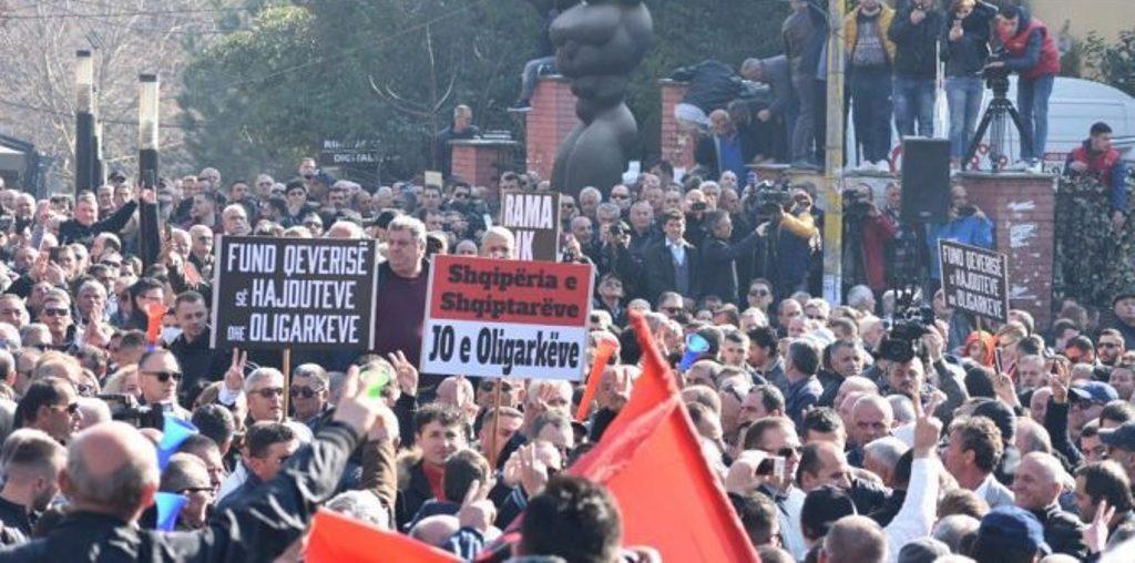 Μαζική διαμαρτυρία της αντιπολίτευσης στην Αλβανία μπροστά στο κοινοβούλιο
