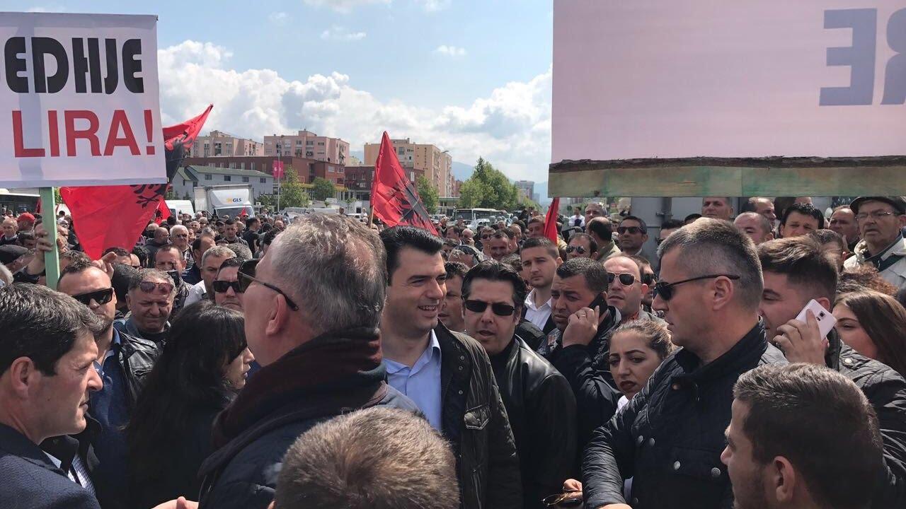 Οι οπαδοί της αντιπολίτευσης στην Αλβανία πραγματοποίησαν συγκέντρωση διαμαρτυρίας μπροστά στο κοινοβούλιο