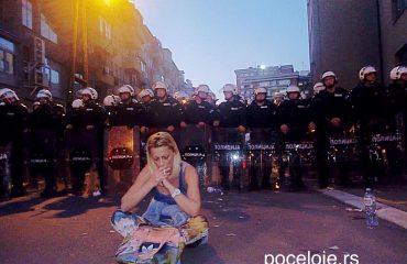 Οι διαμαρτυρίες στο Βελιγράδι κλιμακώνονται, η ΕΕ απευθύνει έκκληση για τερματισμό της βίας