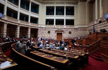 Η κατάργηση του ασυμβίβαστου βουλευτή-υποψήφιου ευρωβουλευτή πυροδοτεί νέα κόντρα στην Αθήνα