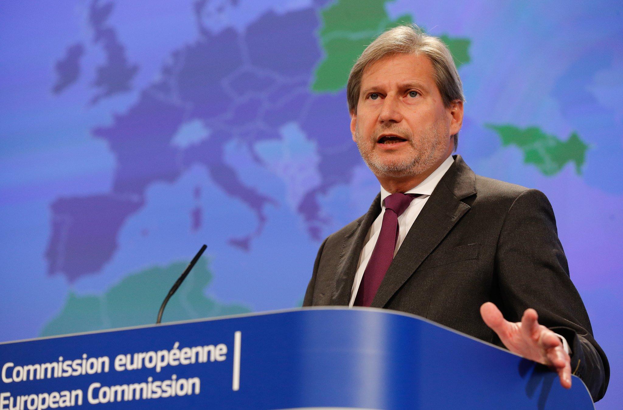 Ο Johannes Hahn καταδικάζει τις πράξεις βίας στην Αλβανία