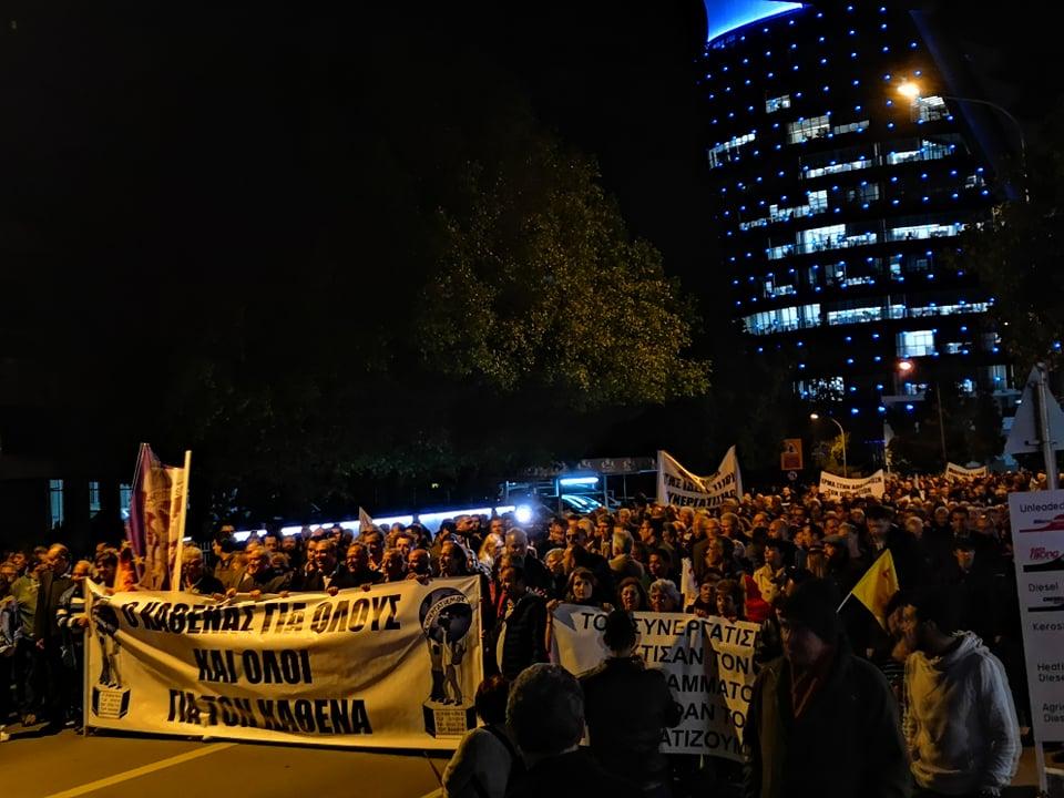 2.500 κόσμος έξω από το προεδρικό μέγαρο της Κύπρου για ΣΚΤ
