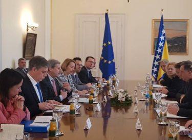 Johannes Hahn: Η γνωμοδότηση για το καθεστώς υποψήφιας προς ένταξη χώρας για τη Βοσνία Ερζεγοβίνη θα ανακοινωθεί μέχρι τα τέλη Μαΐου